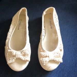 NWOT soft lace style flats w/ bow. size 7.5/cream